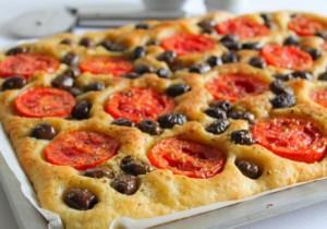 Ricetta focaccia pugliese pomodoro e olive