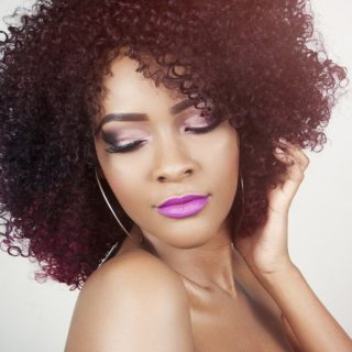 Perdita di capelli: perchè avviene e come contrastarla