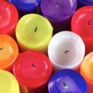 Come realizzare delle candele di cera colorate